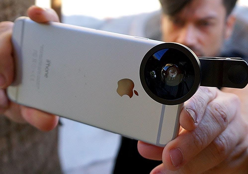 persona captando imagen con celular