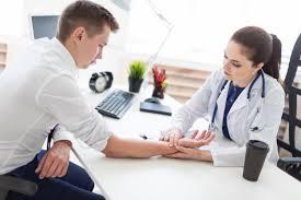 siste al médico pra evitar morderse las uñas