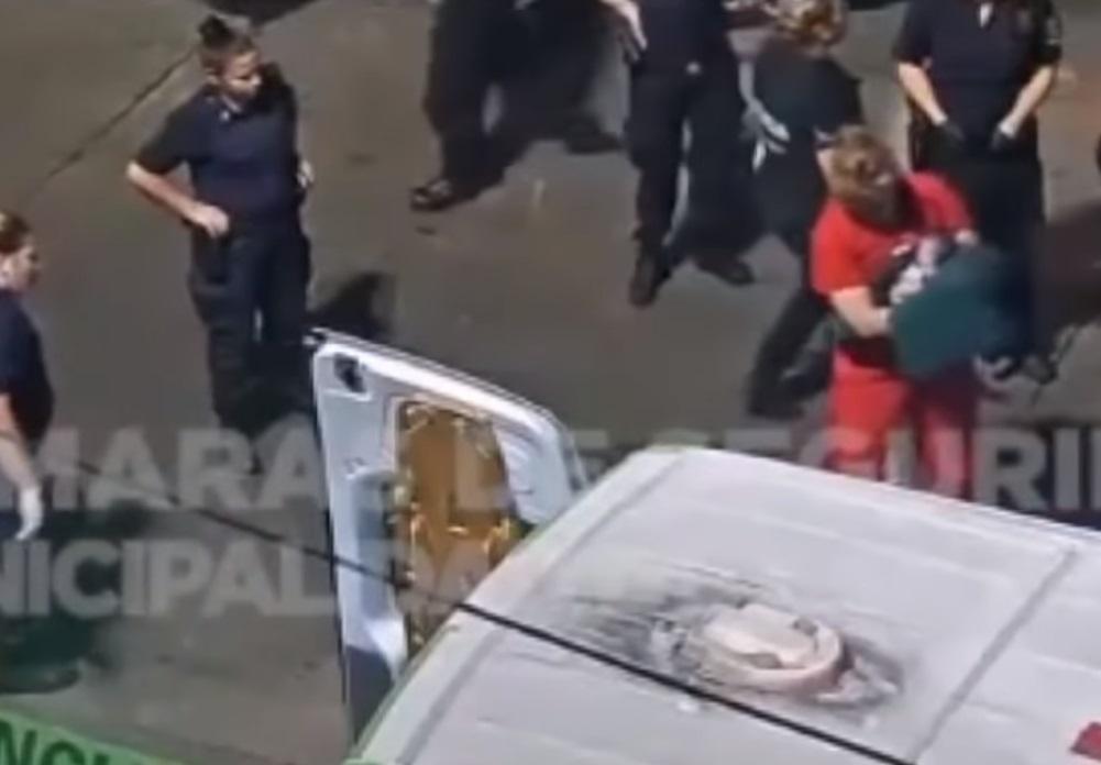captura de pantalla donde se observa a la bebé sobreviviente siendo atendida por los paramédicos