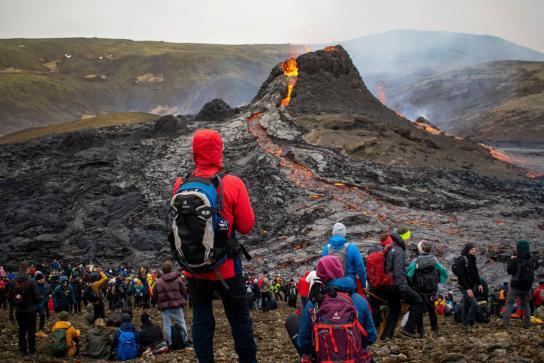 Turistas cerca de la zona de erupción del volcán Fagradalsfjall (foto de Reuters)